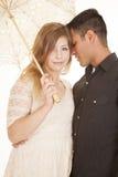 La coppia dirige insieme l'ombrello bianco Fotografia Stock Libera da Diritti