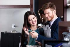 La coppia esamina gli acquisti nel negozio Fotografia Stock