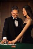 La coppia fa un grande scommettere in gioco del poker fotografie stock