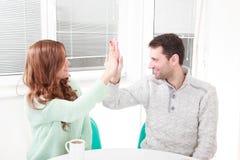 La coppia felice è d'accordo con l'accordo fotografie stock libere da diritti