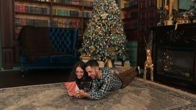 La coppia felice apre i presente sul Natale stock footage