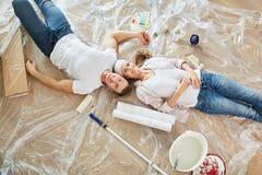 La coppia felice come miglioramento domestico sta prendendo una rottura fotografie stock libere da diritti