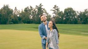 La coppia felice dice arrivederci allo spettatore stock footage