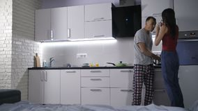 La coppia felice impara circa la gravidanza iniziale video d archivio