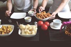 La coppia mangia la cena a casa Immagine Stock