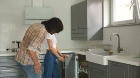 La coppia matura sta ispezionando una nuova cucina nella loro casa Concetto d'acquisto del bene immobile video d archivio