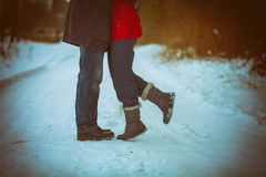 La coppia nell'amore abbraccia all'aperto nell'inverno immagine stock