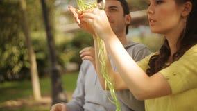 La coppia nell'amore che si diverte con i palloni cammina nel parco video d archivio