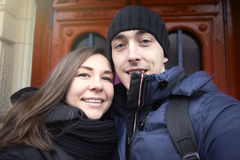 La coppia nell'amore sui precedenti fa le porte del selfie fotografia stock