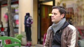 La coppia nella tenuta della città sfoglia su stock footage