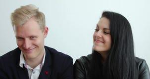 La coppia risolve la crisi a tempo il periodo ridotto, emozioni da disperato a felicit? in alcuni secondi archivi video