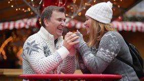 La coppia romantica che sorride sul Natale giusto, giovane famiglia di risata passa insieme il tempo sulla vacanza invernale alle archivi video