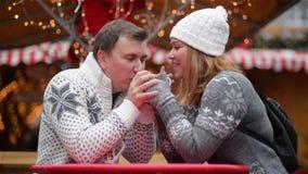 La coppia romantica che sorride sul Natale giusto, giovane famiglia passa insieme il tempo sulla vacanza invernale Buon Natale e stock footage