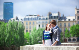 La coppia romantica sta baciando a Parigi al ponticello Immagini Stock