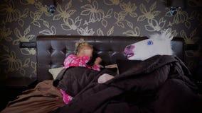 La coppia sconosciuta si trova a letto alla camera da letto alla moda stock footage
