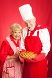 La coppia senior cuoce insieme immagini stock