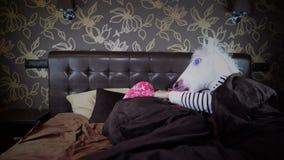 La coppia si trova a letto alla camera da letto alla moda stock footage