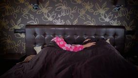 La coppia si trova a letto alla camera da letto alla moda archivi video