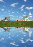La coppia si trova sotto le nubi Immagini Stock