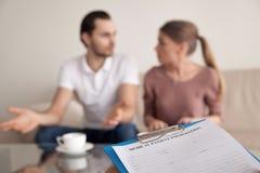 La coppia sposata della famiglia che discute allo psicologo, comprende male Immagini Stock