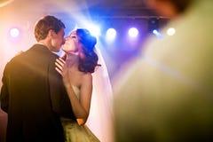La coppia sta ballando sul ballo luminoso Immagini Stock Libere da Diritti