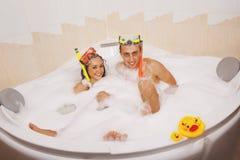 La coppia sta godendo di un bagno Immagini Stock Libere da Diritti