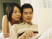 La coppia sta praticando il surfing il Internet immagine stock