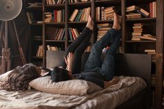 La coppia sta trovandosi sul letto fotografia stock libera da diritti