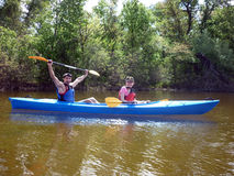 La coppia va kayak sul fiume Fotografia Stock Libera da Diritti