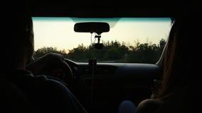 La coppia viaggia in macchina, retrovisione, strada campestre video d archivio