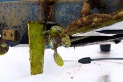 La coque et le propulseur sévères de bateau font pression sur le nettoyage de l'eau Image stock