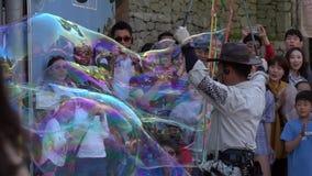 LA CORÉE DU SUD - 29 MAI 2018 : Animateur Entertain People Crowd avec la représentation de bulle de savon dans la rue publique de banque de vidéos