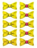 La corbata de lazo amarilla con los puntos rosados fijó el ejemplo realista del vector Imagenes de archivo