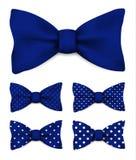 La corbata de lazo del azul ultramarino con blanco puntea el ejemplo realista del vector Imagenes de archivo