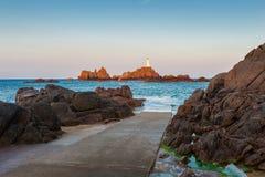 La Corbiere-Leuchtturm Jersey am Sonnenaufgang und an der Flut stockfotos