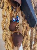La corda che appendono su, le perle dell'occhio e la campana della mucca fotografia stock