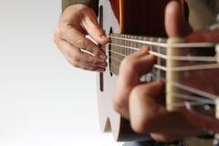 La corda che gioca il primo piano classico della chitarra Fotografie Stock Libere da Diritti
