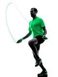 La corda di salto dell'uomo esercita la siluetta di forma fisica Immagini Stock Libere da Diritti