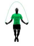La corda di salto dell'uomo esercita la siluetta di forma fisica Fotografia Stock