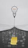 La corda di tiraggio della lampadina della matita aperta ha corrugato lo spazio in bianco di carta di manifestazione appiccicoso Fotografie Stock Libere da Diritti