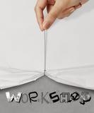 La corda di tirata della mano aperta ha corrugato l'OFFICINA di carta di manifestazione Fotografia Stock Libera da Diritti