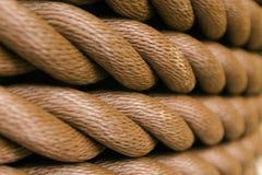 La corda marrone spessa ha rotolato in un rotolo Disposizione orizzontale immagine stock