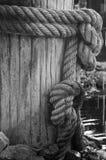 La corda spessa ha avvolto una posta immagini stock libere da diritti