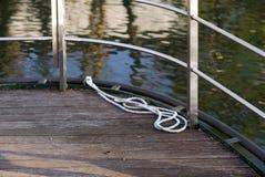 La corda sulla piattaforma di una barca Fotografia Stock Libera da Diritti