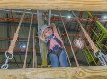 La corde à la taille des prises en parc d'aventure l'enfant dedans Images stock