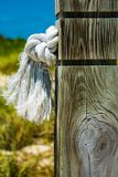La corde a attaché au poteau sur les Turcs et la Caïques images stock