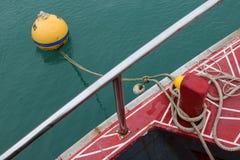 La corde a attaché le bateau de visite dans les bouées d'amarrage images stock