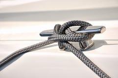 La corde attachent sur le pieu du yacht Image stock