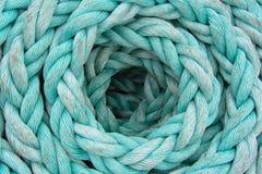 La corde bleu-clair est tordue par un anneau, fond Image libre de droits
