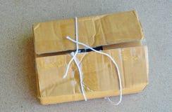 La corde de colis a coupé et ouvre la boîte brune de courrier Image libre de droits